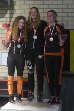 Merel Bertens (midden), gehuldigd als Zuid-Nederlands Kampioen Marathon
