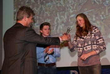 Merel Bertens krijgt de prijs van wethouder Peter Smit (foto ©Masja│Foto Vlaminckx)