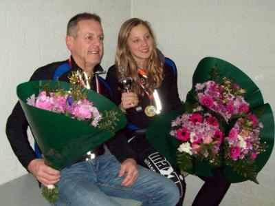 Jan op 't Hoog en Merel Bertens met hun gewonnen prijzen en bloemen.