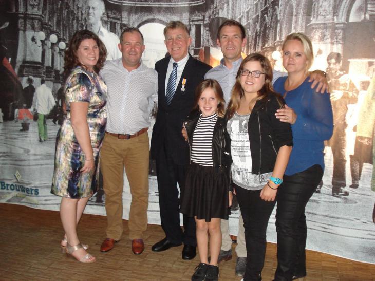 Jan met zijn lintje te midden van zijn kinderen en kleinkinderen