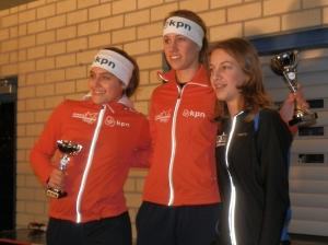 Sanne van Duijnhoven, rechts op het podium van het Allroundkampioenschap.