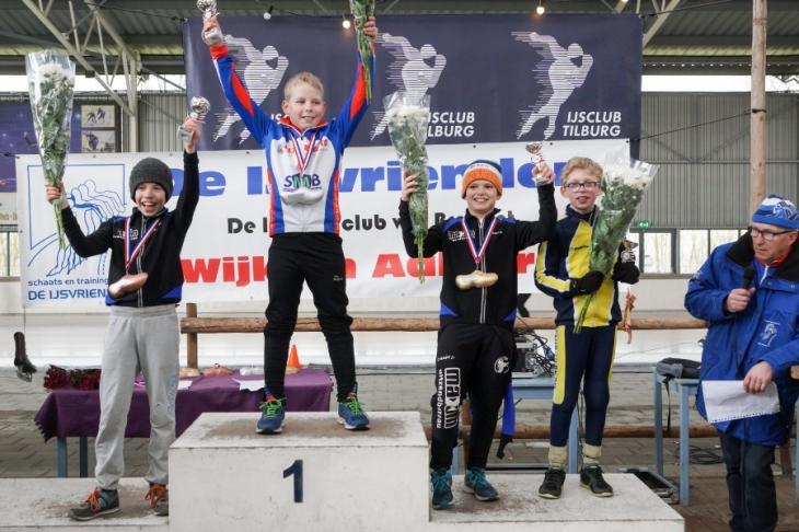 Thomas van Berkel (links) en Teun van der Linden (2e van rechts) op het podium (Foto Jeroen Happel)