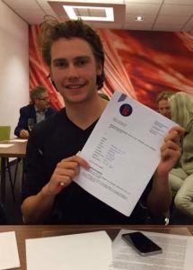 Thomas van Dijk met zijn contract van RTC Zuid
