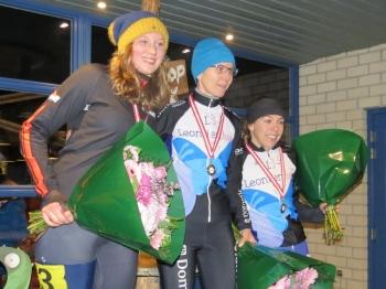 Merel Bertens (links) op het podium van het Zuid-Nederlands Kampioenschap (foto Diny de Kort)