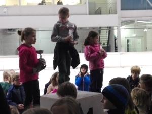 Marieke Thal (Links) op het podium met Emma van Dijck (midden) en Marlijn van Herck